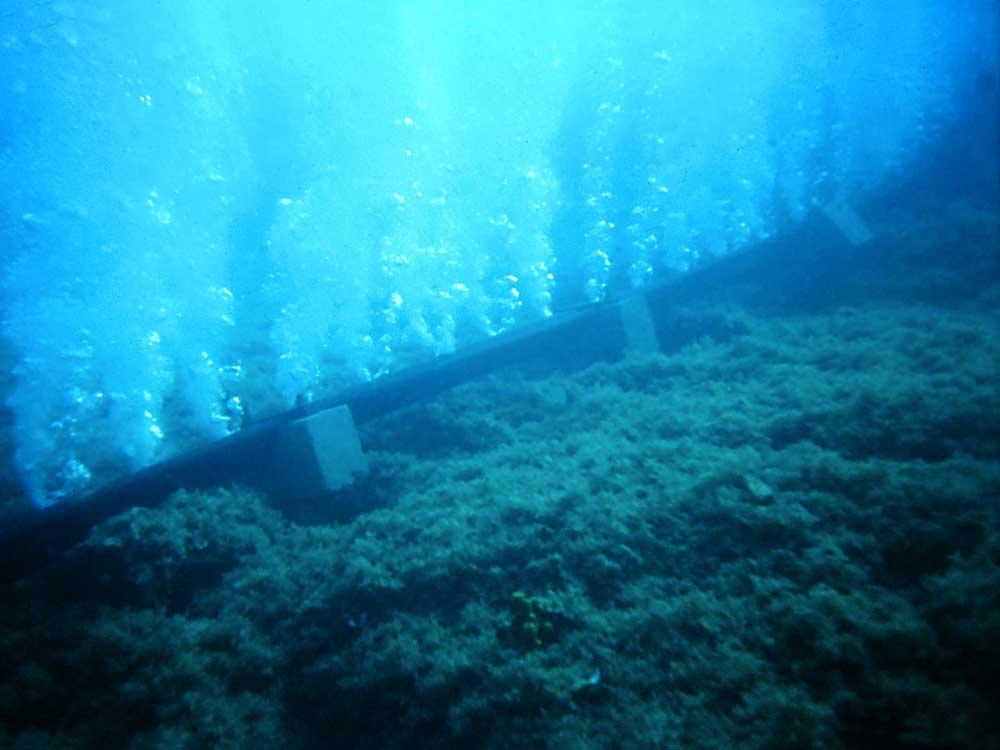 Oil-free compressed air underwater